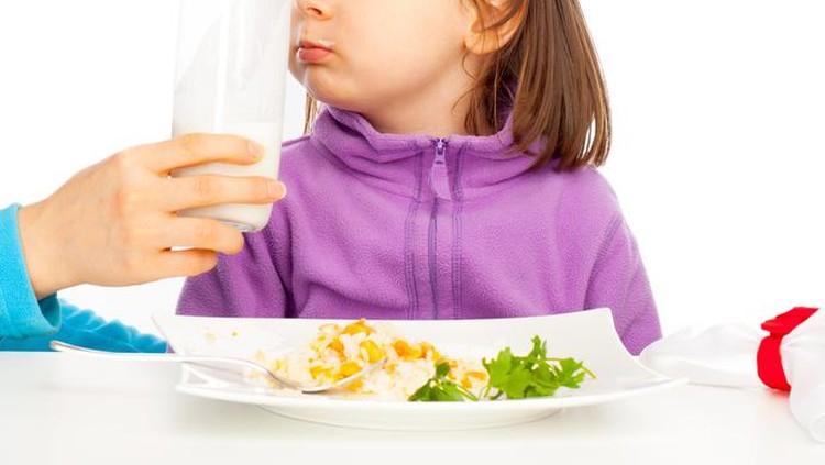 Banyak orang tua menyiasati anaknya yang picky eater dengan susu. Tepat atau nggak sih?