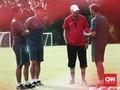 Alfred Riedl di Mata Dua Pemain Timnas Indonesia