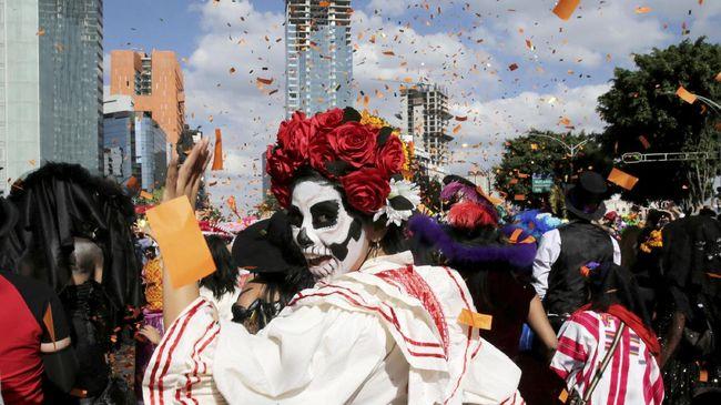 Sekilas konsepnya hampir sama dengan Halloween, namun mayoritas orang yang merayakan akan berdandan dengan tata rias tengkorak.