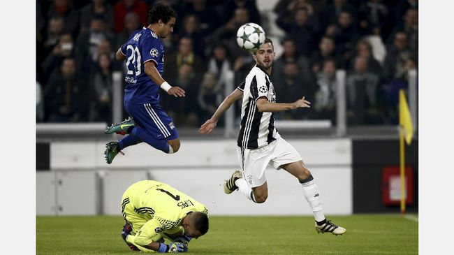 Juventus midfielder Miralem Pjanic (R) tries to score against Lyon's Brazilian defender Rafael Da Silva (top) and Lyon's Portuguese goalkeeper Anthony Lopes during the UEFA Champions League football match Juventus vs Olympique Lyonnais on November 2, 2016 at the Juventus stadium in Turin.  / AFP PHOTO / Marco BERTORELLO