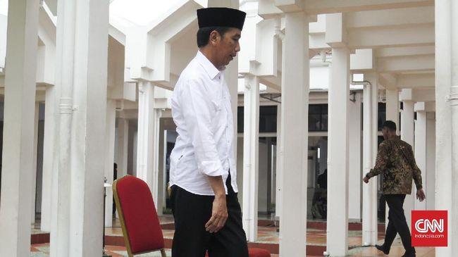 Presiden Jokowi dan cawapres Ma'ruf Amin melepas acara '1 Juta Kirab Santri' yang diikuti ribuan santri di Alun-alun Sidoarjo, Jawa Timur, Minggu (28/10).