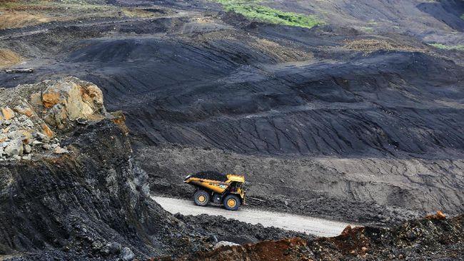 Alat berat dioperasikan di pertambangan Bukit Asam yang merupakan salah satu area tambang terbuka (open-pit mining) batu bara terbesar PT Bukit Asam Tbk. di Tanjung Enim, Lawang Kidul, Muara Enim, Sumatra Selatan, Sabtu (5/11). PT Bukit Asam Tbk (PTBA) berencana menaikan produksi dari 25,75 juta ton menjadi 32,18 juta ton atau sebesar 25 persen pada 2017. ANTARA FOTO/Nova Wahyudi/kye/16