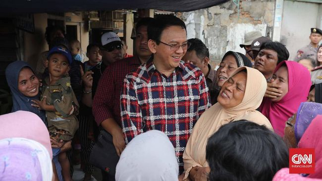 Ahok mengaku heran atas hasil survei yang beredar. Dia menyebut ada anomali yang terjadi di masyarakat Jakarta.