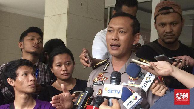 Penyidik Bareskrim Polri memeriksa seorang petugas Bandara Halim Perdanakusuma yang menjadi saksi perjalanan Brigjen Prasetijo dan Djoko Tjandra.