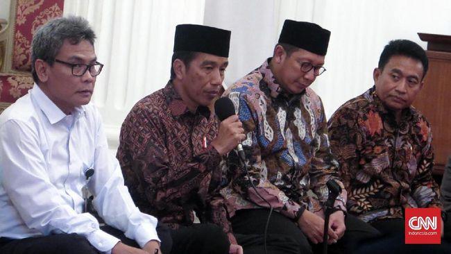 Jokowi minta masyarakat untuk menghormati proses hukum yang sedang dan akan dilakukan Kepolisian dalam kasus dugaan penistaan agama dengan tersangka Ahok.