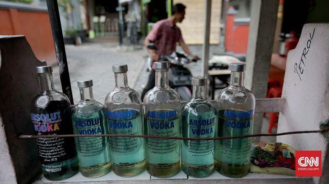 Pengecer bensin di pinggir jalan menjual BBM jenis Premium sebesar Rp9.000 per liter atau lebih mahal Rp2.450 per liter ketimbang harga jual resmi Pertamina.