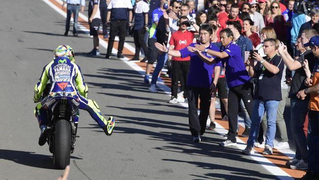 Bos Repsol Honda Livio Suppo sempat meminta Marc Marquez dan Dani Pedrosa kembali ke garasi pada balapan MotoGP Valencia 2015.