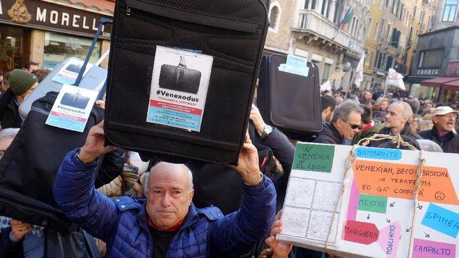 Penduduk Venesia meminta pemerintah kota mengatur kebijakan wisata. Jika tidak segera dilakukan, mereka mengancam akan pergi dari kota.