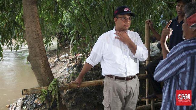 Gubernur DKI Anies Baswedan memastikan alat pompa di Pintu Air Karet tidak terendam air dan dapat berfungsi untuk memompa banjir.
