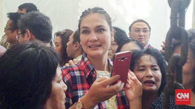 Penulis Dewi 'Dee' Lestari dan aktris Luna Maya mengekspresikan dukungannya terhadap istri Basuki Tjahaja Purnama (Ahok), Veronica Tan.