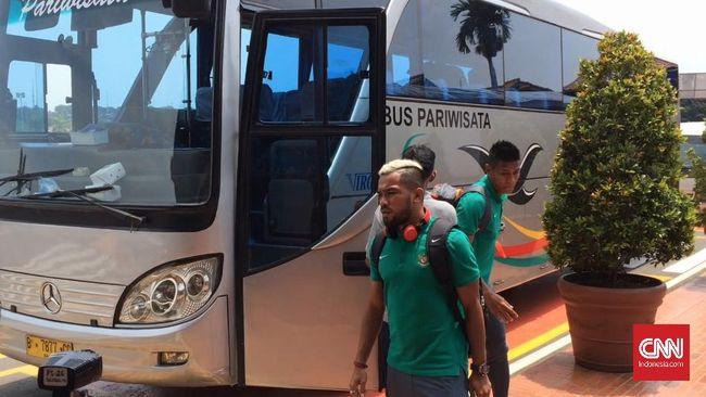 Kepergian tim nasional Indonesia ke Filipina untuk mengikuti ajang Piala AFF tak diiringi oleh banyak suporter di Bandara Soekarno-Hatta.