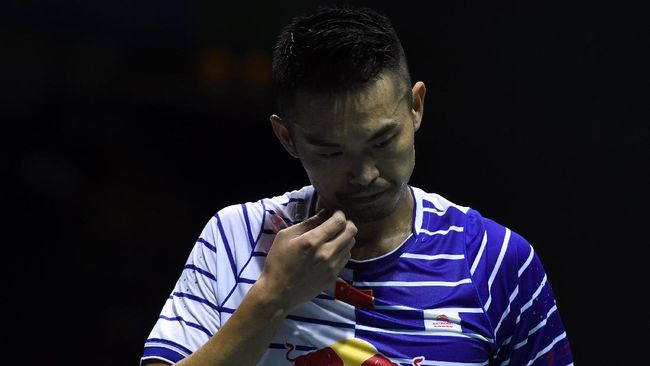 This picture taken on May 19, 2016, shows Lin Dan of China reacting during his men's singles quarter finals group match against Lee Dong Keun of South Korea in the Thomas Cup badminton tournament in Kunshan, eastern China's Jiangsu Province. China's all-conquering badminton coach Li Yongbo was urged to step down by angry fans after a shock Thomas Cup exit threw their Olympic preparations into chaos. / AFP PHOTO / JOHANNES EISELE