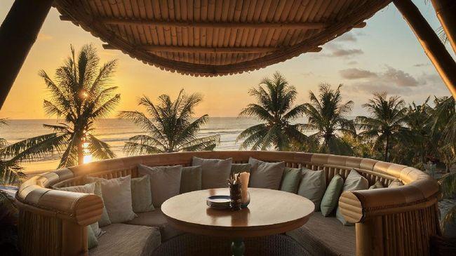 Beach club ini menyajikan nuansa dan menu Mediterania tanpa melupakan kultur Bali yang kental.