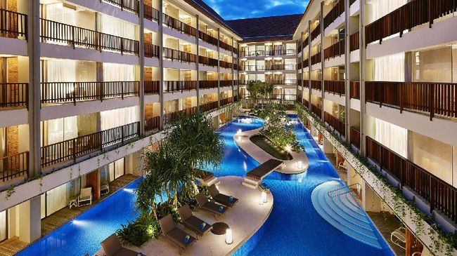 Di tengah hiruk pikuk Kuta, ada hotel berbintang empat internasional yang menawarkan keteduhan dan ketenangan, meski harus dilalui lewat jalanan kecil.
