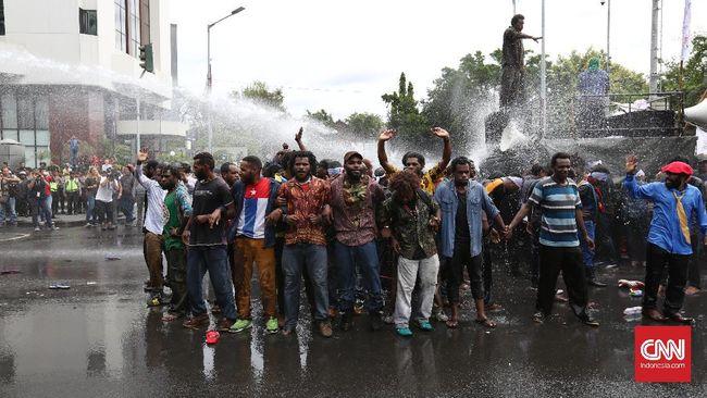 Seluruh peserta demo dari Aliansi Mahasiswa Papua dan Front Rakyat Indonesia Untuk West Papua ditangkap dan diproses di Polda Metro Jaya.