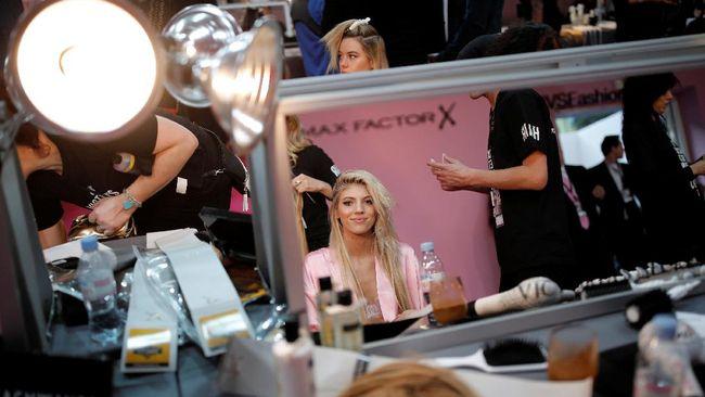 Sanne Vloet buka-bukaan akan aktivitasnya sebagai salah satu bidadari Victoria's Secret, dari mulai bangun 6 pagi, diet ketat, dan olahraga enam kali seminggu.