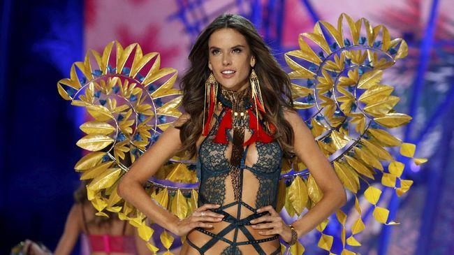 Lewat fashion show serupa bertajuk 'Lingerie, Mon Amour' yang digelar saat Paris Haute Couture, Paris ingin menunjukkan sisi seksi sebuah pekan mode.