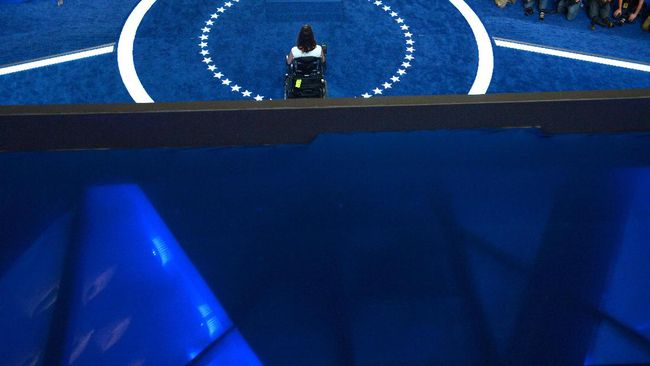 International Disability Rihts Advocate Anastasia Somoza adresses delagates on Day 1 of the Democratic National Convention at the Wells Fargo Center on July 25, 2016 in Philadelphia, Pennsylvania.   / AFP PHOTO / Brendan SMIALOWSKI