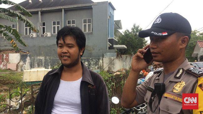 Saat Ahok sedang blusukan di kawasan Cipete, ada seorang pria yang membawa keris. Polisi mengamankan pria itu karena dianggap mengancam keselamatan Ahok.