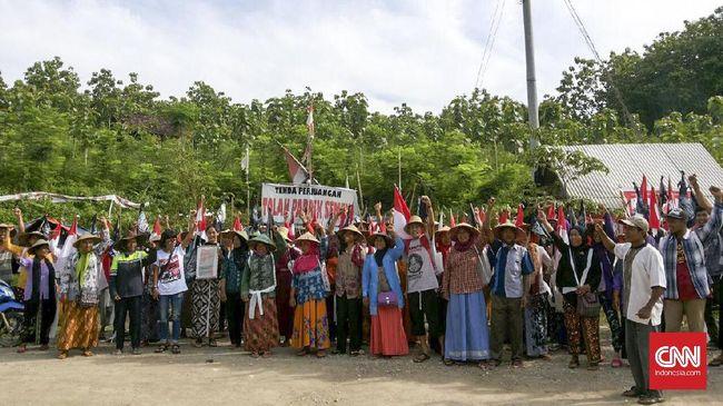 Massa pedemo menuntut agar Ganjar segera menutup pabrik karena MA telah mencabut izin lingkungan pabrik semen di Rembang pada 5 Oktober lalu.