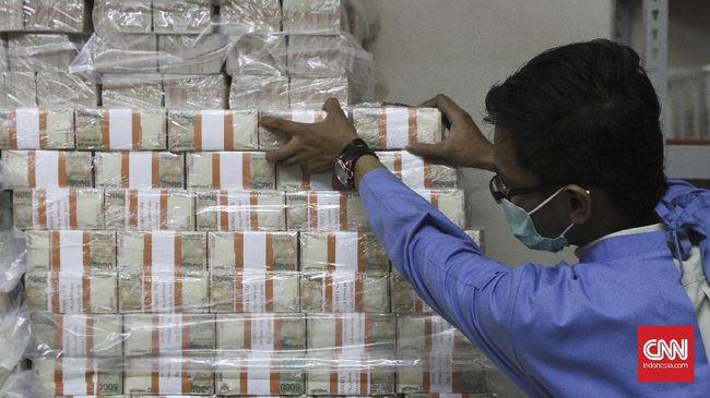 Petugas menata uang di cash center Bank BRI di Jakarta, Kamis, 8 Desember 2016. CNN Indonesia/Adhi Wicaksono.