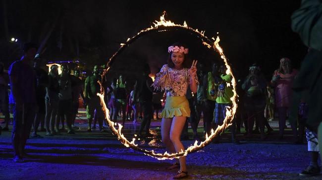 Di tengah masa berduka Thailand atas meninggalnya Raja Bhumibol Adulyadej, Pesta Bulan Purnama tetap digelar di Pulau Ko Phangan akhir pekan kemarin.