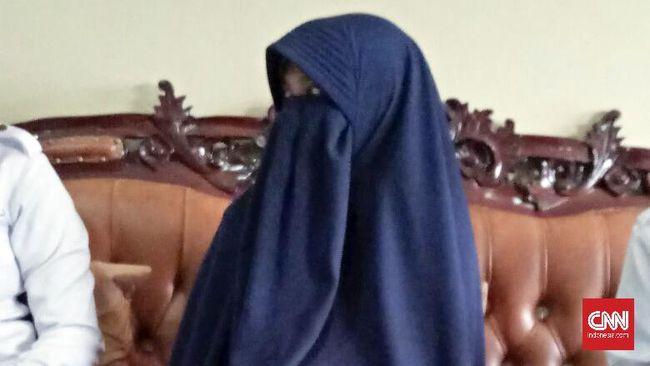Ika Puspitasari, perempuan terduga teroris yang ditangkap Densus 88, dituduh akan melakukan aksi bom bunuh diri di suatu tempat di luar Pulau Jawa.