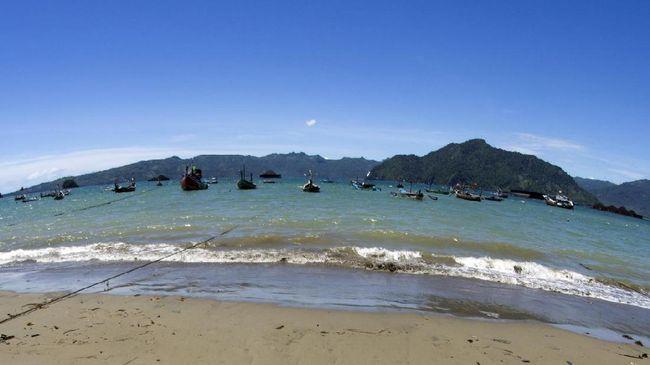 Berpemandangan indah dengan perairan tenang, Pantai Prigi masih jarang dikunjungi wisatawan. Panggung 360 derajat diharapkan bisa menarik kedatangan mereka.