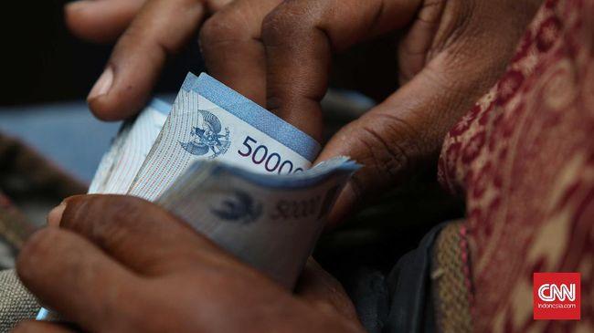 Nasabah menghitung uang rupiah pecahan Rp 50 ribu di Jakarta, Senin, 19 Desember 2016. CNN Indonesia/Safir Makki