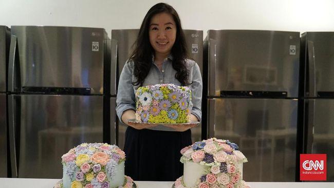 Iven Kawi memulai profesi di dunia kuliner sebagai home cake artisan, dengan membuat cake berhias bunga, 3D, dan hand painting.