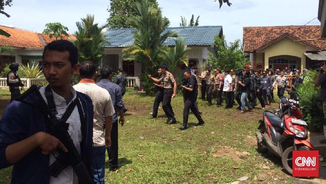 Para terduga teroris di Tangerang Selatan disebut terkait dengan jaringan dengan Jamaah Anshar Daulah (JAD) pimpinan Aman Abdurahman.
