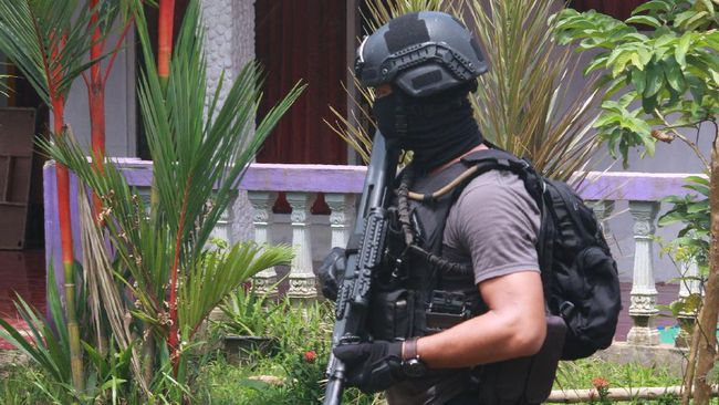 Rizal, terduga teroris Jatiluhur yang ditangkap Densus 88, dikenal sebagai orang yang ramah oleh tetangganya. Sementara Abu Sofi lebih suka menyendiri.