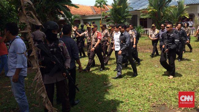 Karena olah tempat kejadian perkara harus steril dari aktivitas lain, jenazah tiga teroris Tangerang Selatan belum dibawa ke rumah sakit Polri.
