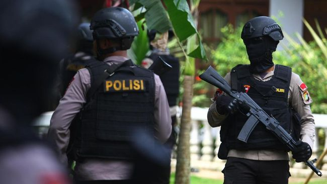 Anggota Brimob Polda Metro Jaya menjaga tempat kejadian perkara (TKP) penggerebekan dan penembakan terduga teroris di Setu, Tangerang Selatan, Banten, Rabu (21/12). Dalam penggerebekan tersebut terjadi baku tembak antara tim Densus 88 dengan terduga teroris yang menewaskan tiga orang terduga teroris bernama Irwan, Oman aliasomen dan Helmy dan satu orang terduga teroris, Adam ditangkap. ANTARA FOTO/Muhammad iqbal/ama/16