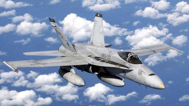 Pesawat F-18 Hornet terbang di atas Perairan Natuna, Kepulauan Riau. Kini TNI masih mendalami peristiwa tersebut.