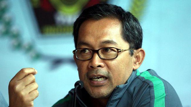 Aji Santoso merupakan mantan pemain dan pelatih Timnas Indonesia yang juga pernah memainkan peran ganda di Arema serta Persebaya.
