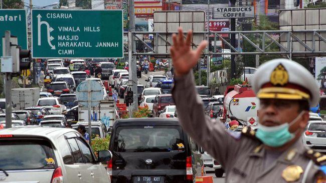 Lalu lintas di Simpang Gadog menuju Puncak mulai ramai, Kamis (20/8) pagi, menjelang libur panjang di akhir pekan ini. Sementara itu, Purbaleunyi masih lancar.