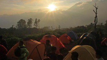 Tim SAR Evakuasi Pendaki Jatuh di Kawah Gunung Marapi