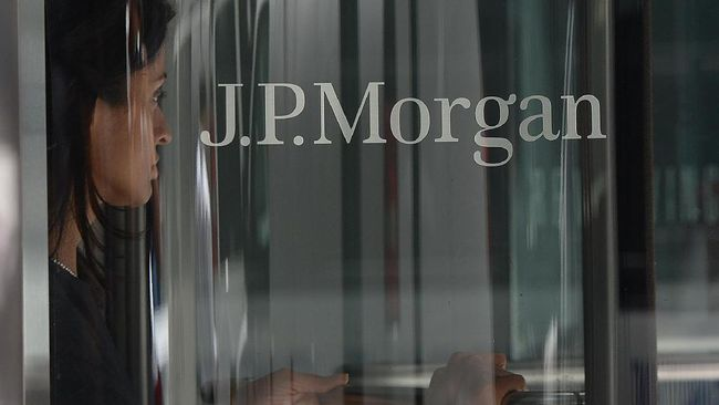A woman leaves JP Morgan Chase & Company headquarters in New York, August 14, 2013. The US August 14, 2013 charged a pair of former JPMorgan Chase traders with fraud in connection with the 2012 $6.2 billion