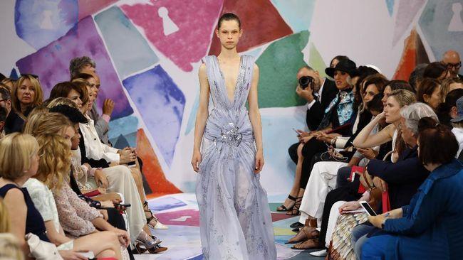 Rumah mode Schiaparelli ditahbiskan masuk dalam keanggotaan French Haute Couture. Koleksi pertamanya akan ditampilkan 23 Januari di Paris Couture Week.