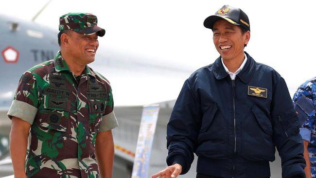 Jokowi dan Gatot menonton film bersama ribuan orang yang memadati lapangan tenis Makorem 061/Suryakancana Bogor, Jawa Barat.