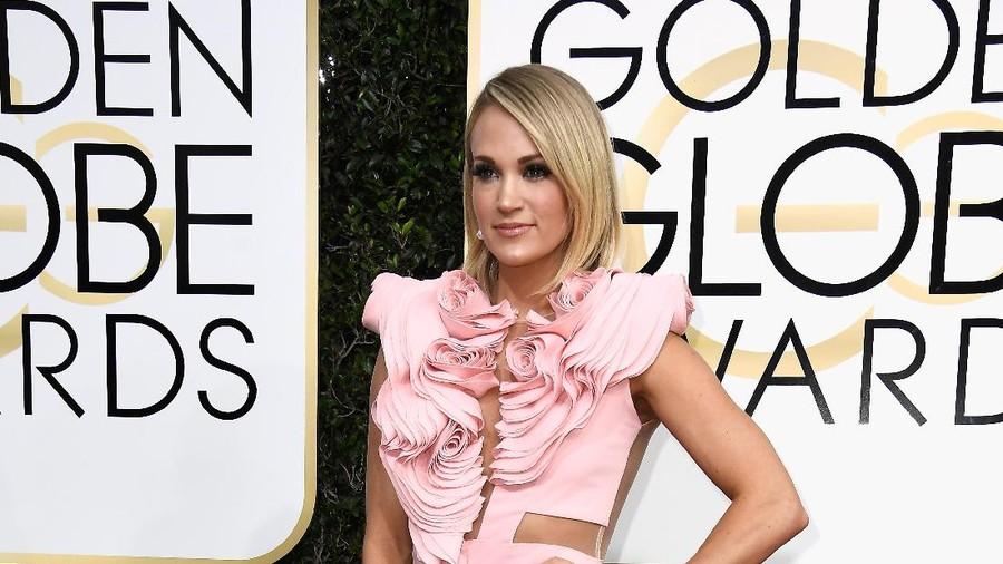 Pelukan Hangat si Kecil untuk Carrie Underwood Saat Konser