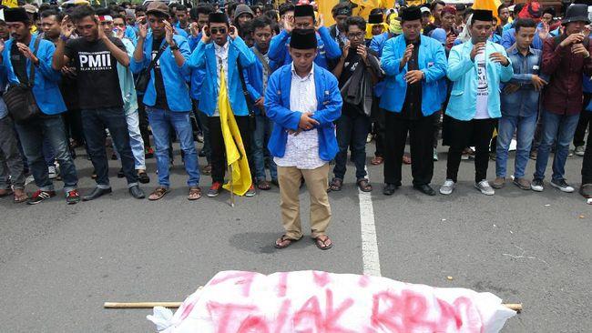 Ikatan Mahasiswa Muhammadiyah (IMM) merespons meninggalnya Immawan Randi saat unjuk rasa di Kendari. Seluruh kader IMM diimbau salat gaib dan bakar lilin.