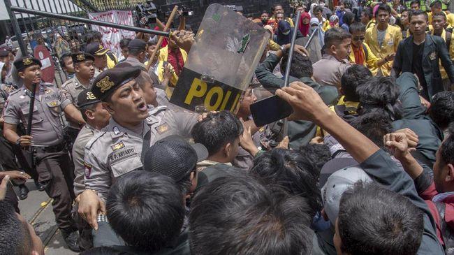 Polisi berdalih aksi bentrok yang berujung pemukulan terhadap demonstran mahasiswa Universitas Pakuan Bogor karena aksi menutup jalan tol Jakarta-Bogor.