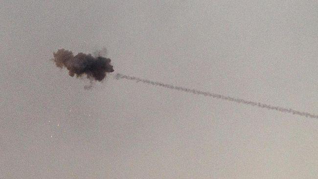 Setidaknya 15 orang, termasuk enam warga sipil, dilaporkan tewas akibat serangan rudal Israel ke Suriah pada Minggu (30/6).