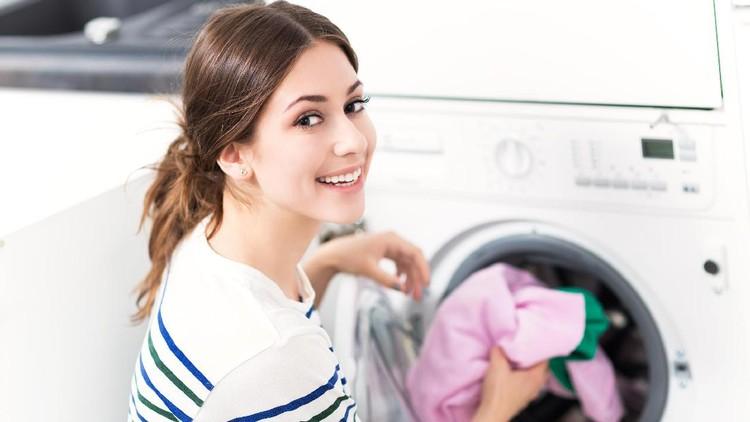 wanita yang akan mencuci pakaian