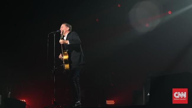 Bryan Adams menggelar konser intim di Grand Ballroom Pacific Place, Jakarta pada Senin (16/1) malam. Lagu-lagu legendarisnya dinyanyikan.