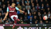 (FILES) This file photo taken on April 13, 2016 shows West Ham United's French midfielder Dimitri Payet taking a free kick during the FA cup quarter final replay football match between West Ham United and Manchester United at the Boleyn ground in London on April 13, 2016.  West Ham United playmaker Dimitri Payet has informed the club of his desire to leave and no longer wishes to play for them, manager Slaven Bilic revealed on January 12, 2017. / AFP PHOTO / GLYN KIRK