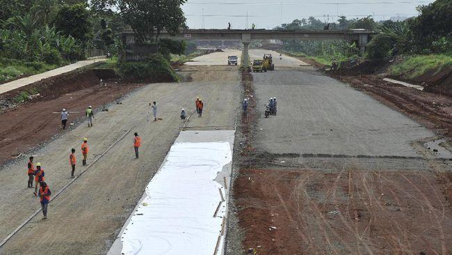 Pekerja menyelesaikan pembangunan proyek jalan tol Cinere - Jagorawi (Cijago) seksi II di kawasan Kukusan, Beji, Depok, Rabu (18/1). Meski pembebasan lahan belum tuntas 100 persen, tapi pekerjaan konstruksi fisik proyek jalan Tol Cinere - Jagorawi (Cijago) Seksi II atau terus dikerjakan dan ditargetkan selesai pada pertengahan 2017. ANTARA FOTO/Andika Wahyu/pd/17.