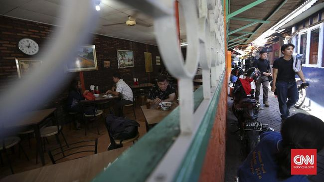 Hukum membuka restoran di siang hari saat bulan Ramadan masih diperdebatkan. Tak mutlak disebut haram, tapi tak juga diperbolehkan.
